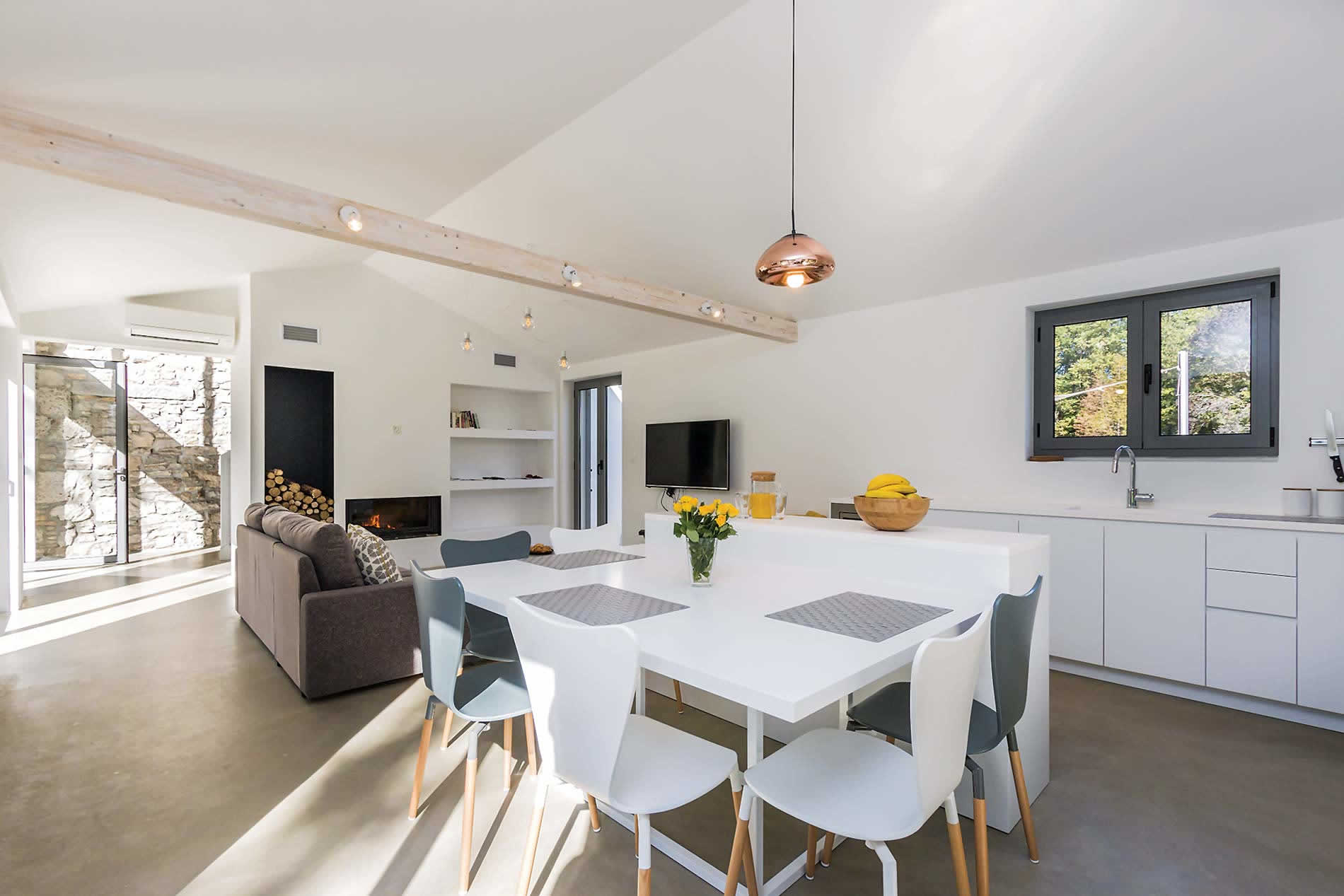 Modern and luxuriously fitted kitchen and fireplace